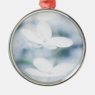 Schöne weiße Hydrangeablüten Silbernes Ornament
