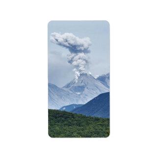 Schöner Eruptionsvulkan und grüner Wald Adress Aufkleber