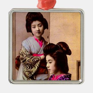 Schöner Geisha zwei, der in altem Japan Vintag Quadratisches Silberfarbenes Ornament
