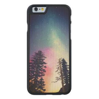Schöner nächtlicher Himmel, der bis zu den Himmeln Carved® iPhone 6 Hülle Ahorn