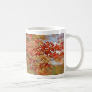 Schöner roter Herbst verlässt abstrakte Malerei Tasse