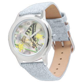 Schöner Schmetterling und gelbe Blumen Armbanduhr