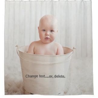 Schönes Baby, das in einer Badewanne badet Duschvorhang