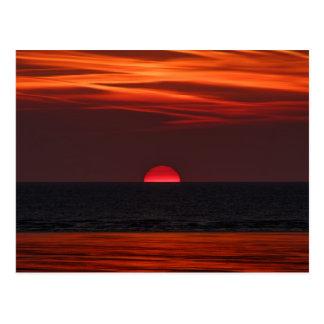Schönes Bild der Sonne, die über das Wasser Postkarte