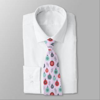 Schönes Pastellweihnachtshängende Bälle und Krawatte