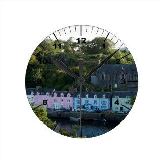 Schönes Portree Schottland Runde Wanduhr