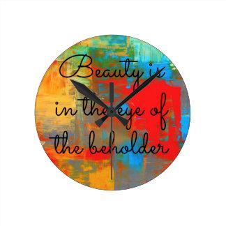 Schönheit ist im Auge des Beschauers Runde Wanduhr