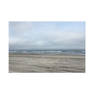 Schönheit und ein Strand Gespannte Galerie Drucke