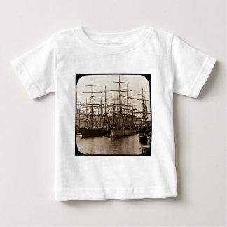 Schooners im Hafen-magische Laternen-Dia Baby T-shirt