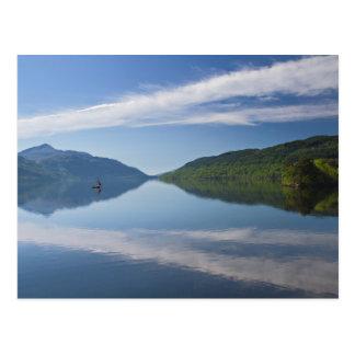 Schottland - einsames Boot auf Loch- Postkarte