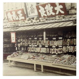 Schuhgeschäft in Kyoto, c.1890 (Hand-farbiges Keramikfliese