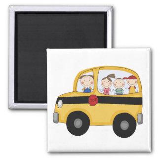 Schulbus mit KinderT - Shirts und -geschenken Quadratischer Magnet