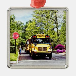 Schulbusse am Stoppschild im Frühjahr Silbernes Ornament