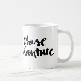 Schwarz-weiße Verfolgungs-Abenteuer-Zitat-Tasse Tasse