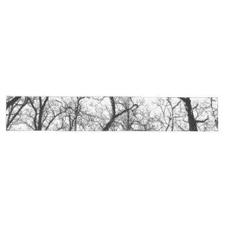 Schwarz-weißer abstrakter Baum des Tabellenläufers Großer Tischläufer