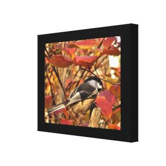Schwarz-weißer Chickadee-Vogel mit Herbst-Blätter Leinwanddruck