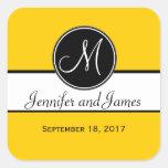 Schwarz-weißer gelber Monogramm-Gastgeschenk Hochz Quadrataufkleber