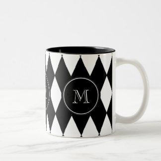 Schwarz-weißes Harlekin-Muster, Ihre Initiale Zweifarbige Tasse