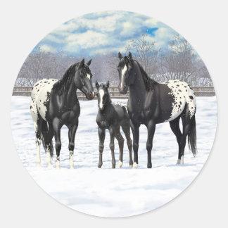 Schwarze Appaloosa-Pferde im Schnee Runder Aufkleber