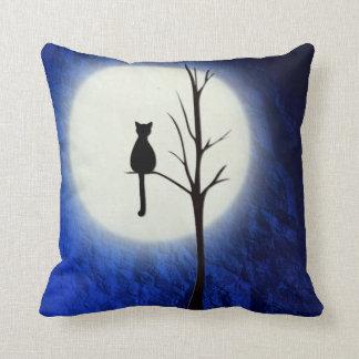 schwarze Katze auf Wurfskissen des Baums 2 Kissen