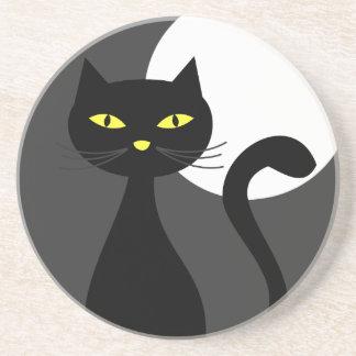 Schwarze Katze unter dem Vollmond-Halloween-Unters Bierdeckel