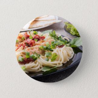 Schwarze Platte der Nahaufnahme mit Spaghettis Runder Button 5,7 Cm