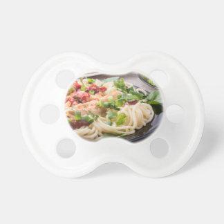 Schwarze Platte der Nahaufnahme mit Spaghettis Schnuller
