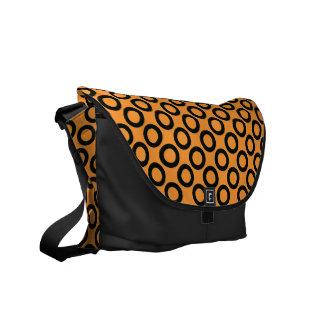 Schwarze Retro Ringe auf orange Bote-Tasche Kurier Taschen