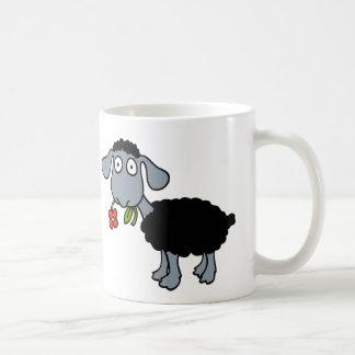 Schwarze Schafe zwei niedliche Lämmer mit roten Kaffeetasse