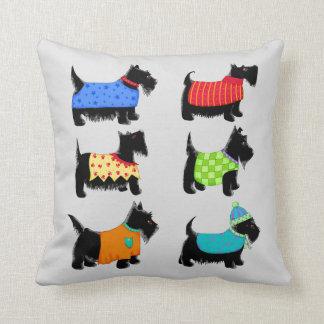 Schwarze Scottie-Terrier-Hunde grau oder graues Kissen