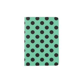Schwarze Tupfen auf tadellosem Grün Passhülle