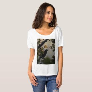 Schwarze Vogel-und Rosen-Blumenblätter T-Shirt