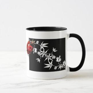 Schwarzer Clematismarienkäfer-Herzentwurf Tasse