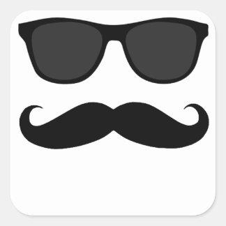 Schwarzer Schnurrbart und Sonnenbrille-Humor-Gesch Quadrataufkleber