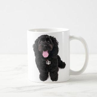 Schwarzer Welpe, der oben schaut Kaffeetasse