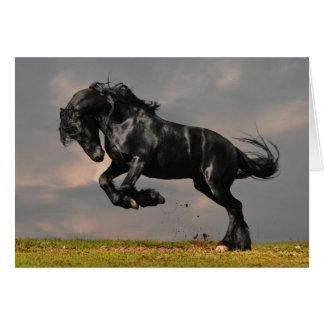 Schwarzes friesisches Pferd, das frei läuft Grußkarte