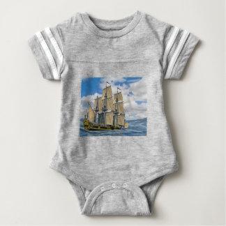 Schwarzes Korvette-Schiffs-Segeln an einem Baby Strampler