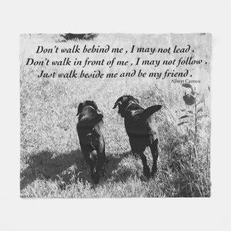 Schwarzes Labrador-Freund-Zitat Fleecedecke