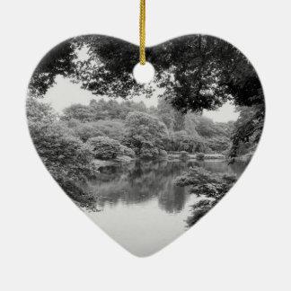 Schwarzweiss--, coole, einzigartige Natur und See Keramik Ornament