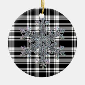 Schwarzweiss-kariertes mit Schneeflockendetail Keramik Ornament