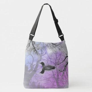 Schwarzweiss-Loon auf einer See Kreuz-Tasche lila Tragetaschen Mit Langen Trägern