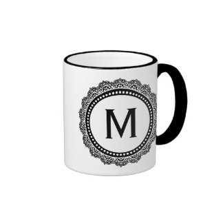 Schwarzweiss-Medaillon-Gewohnheits-Initiale Ringer Tasse