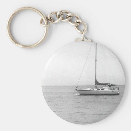 Schwarzweiss-Segelboot-Foto Standard Runder Schlüsselanhänger