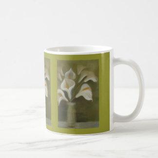 Schwermütigen Arumcallas in einem Vase Kaffeetasse