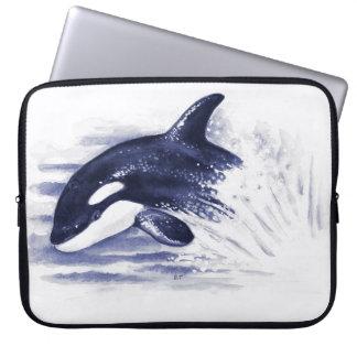 Schwertwal, der Blau durchbricht Laptop Sleeve