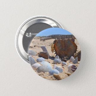 Seashells auf dem Strand durch Shirley Taylor Runder Button 5,7 Cm