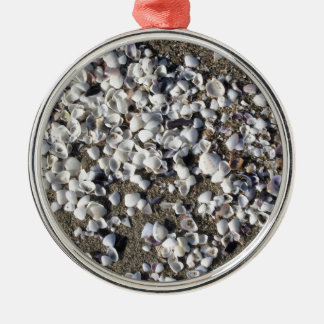 Seashells auf Sand Sommer setzen Draufsicht des Silbernes Ornament
