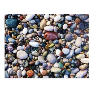 Seekiesel und -steine auf einem nahen hohen des postkarte