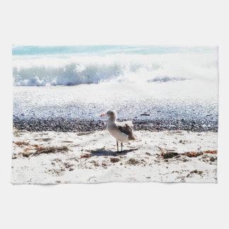 Seemöwe durch den Ozean auf dem Strandbild Handtuch