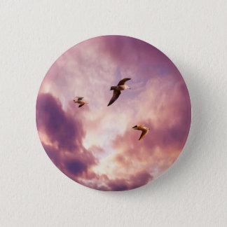 Seemöwen, die in einen Sonnenunterganghimmel Runder Button 5,1 Cm